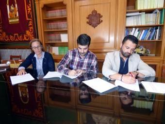 El alcalde y el responsable de Televida rubrican el contrato del servicio. M.C.C.