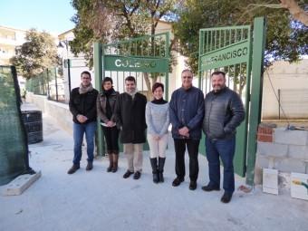Representantes municipales, directora y presidenta de la AMPA durante la visita a las obras.