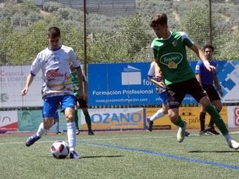 Peso toca el balón en el anterior partido en casa ante el Huétor Vega. FOTO: P.C.