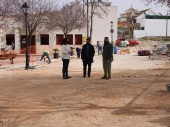 El alcalde, junto a los concejales, supervisa la creación de la 'macroplaza'. FOTO: C.M.