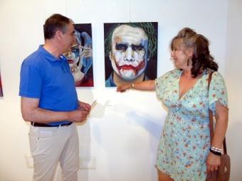 Lourdes Cantero muestra algunos de sus trabajos al concejal de Cultura. FOTO: C. MOLINA