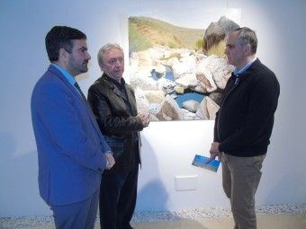 El artista conversa con el alcalde y el concejal delante de su obra. FOTO: A. MATAS