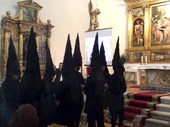 Los incensarios ante el altar de la iglesia del monasterio. FOTO: A. MATAS