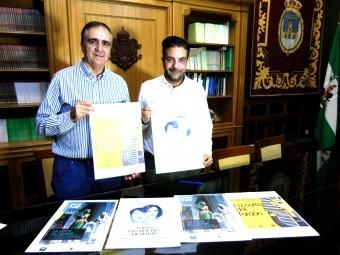 Concejal de Cultura y alcalde con los carteles de las dos propuestas. FOTO: MARTA RAMOS
