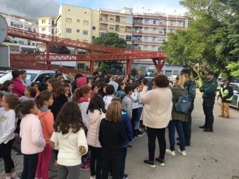 El incendio colindante al colegio obligó a desalojar el centro. FOTO: EL CORTO