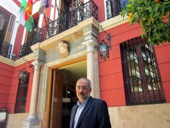 Molina, a las puertas del consistorio lojeño tras su última rueda de prensa.