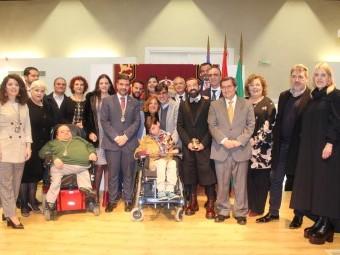 Foto de familia de los premiados, junto a familiares y autoridades. FOTO: P. CASTILLO