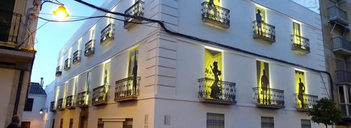 Los balcones de la 'Casa del Marqués', encendidos, con las lonas decorativas. J. Á.