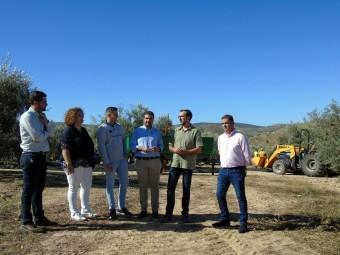 Autoridades locales y provinciales visitan una explotación agrícola. FOTO: C. MOLINA