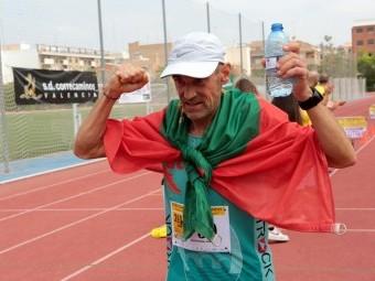 José Antonio Castilla celebra la victoria nada más concluir la carrera.