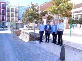 El diputado, el alcalde, el edil de Urbanismo y el portavoz del PSOE junto a la zanja de la plaza de