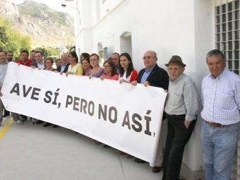 Representantes del PSOE junto a miembros de la Plataforma