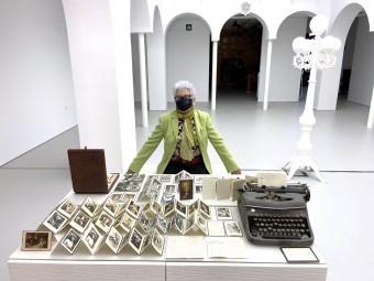 Anita Ávila con su colección de esquelas. FOTO: A. MATAS