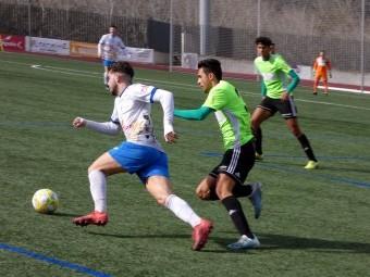 Paco Ariza se marcha con el balón ante un jugador almeriense. FOTO: MARIO GARCÍA
