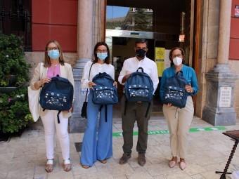 Responsables de La Caixa, junto al alcalde y la concejala de Bienestar Social. FOTO: C.