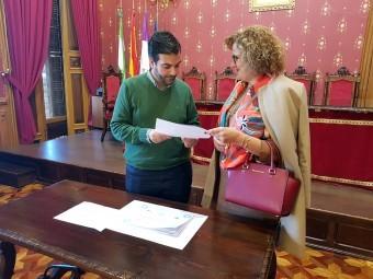 El alcalde y la concejal de Recursos Humanos comentan los datos de los cursos realizados