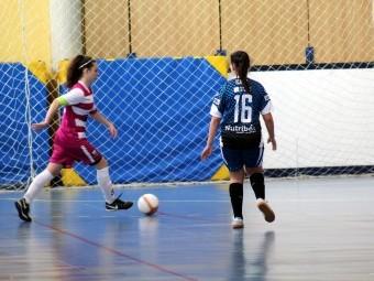 Patri conduce el balón ante una jugadora del Alcantarilla. FOTO: PACO CASTILLO.