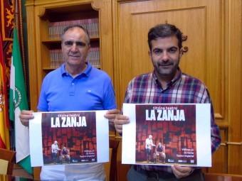 El concejal de Cultura y el alcalde muestran el cartel de la representación. FOTO: C. M.