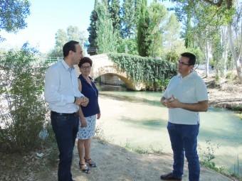 Gonzalo Vázquez, Agustina Lechado y José Padilla ante el río Frío.