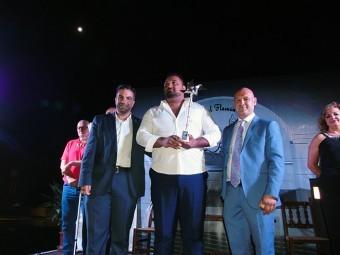 El ganador del certamen entre el alcalde y el presidente de la Peña Flamenca, con su Volaera de Plat