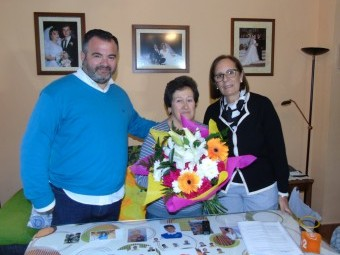 Los concejales le entregan un ramo de flores a Gabriela. FOTO: CALMA