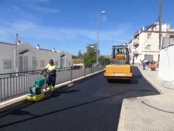 Trabajos de alquitranado en la superficie de la calle Cervantes. FOTO: CALMA