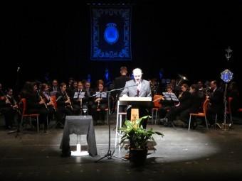 Gonzalo Espejo durante su pregón, con la Banda de Música de Loja a sus espaldas.