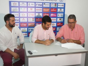 El presidente del Loja firma el convenio en presencia del alcalde y el concejal de Deportes.