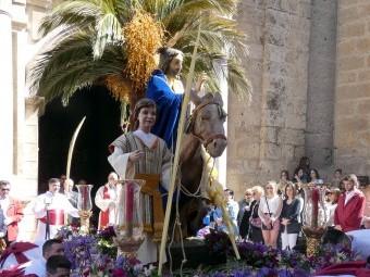 'La Borriquilla' tras su salida desde la Iglesia de la Encarnación. FOTO: PACO CASTILLO.