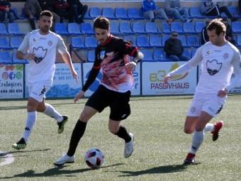 Lolo Armario conduce el balón en la anterior salida en Vélez. FOTO: MIGUEL JÁIMEZ.