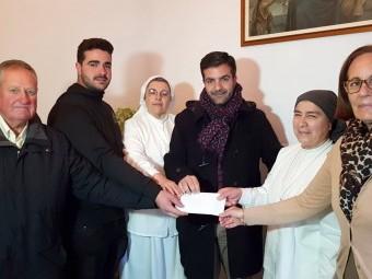 Los belenistas entregan la recaudación a las Hermanas del Buen Samaritano. FOTO: J. AGUILA