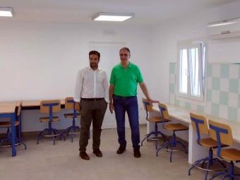 Alcalde y concejal de Educación en el interior del Aula de la Naturaleza del Caminillo.