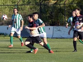 Corbacho pugna por el balón con un jugador del Antequera. FOTO: MIGUEL JÁIMEZ