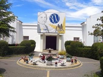 Entrada principal del edificio del Hogar San Ramón y San Fernando en Loja. FOTO: E. G.