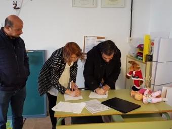 El alcalde y Estefanía García firman el convenio. FOTOS: J. ÁGUILA