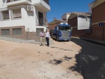 Camacho y Ordoñez supervisan los trabajos de la calle Sol. FOTO: C. MOLINA