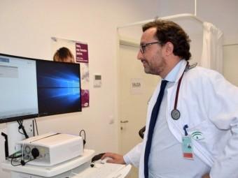 El neumólogo Bernardino Alcázar, en su consulta. FOTO: EL CORTO