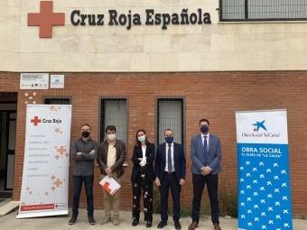 Responsables de Cruz Roja Loja y Caixabank, en la sede de la Asamblea. FOTO: EL CORTO