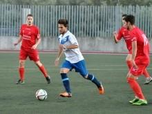 Del Moral avanza con el balón entre varios jugadores del Maracena.