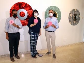 La artistas (en el centro), junto al alcalde y el concejal. FOTO: C. MOLINA