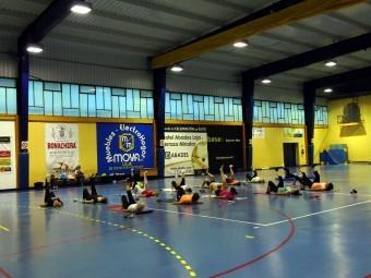 Un momento de la clase de pilates, ayer lunes, en el pabellón de deportes. FOTO: P. CASTILLO