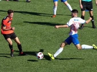 Sergio Delgado dispara en el partido disputado en el campo del San Pedro. FOTO: P.C.