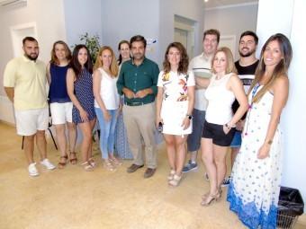 Alumnos de la Lanzadera junto al alcalde y la concejal. C. MOLINA.