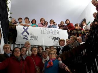 Los mayores del barrio Alto en el acto contra la violencia de género.