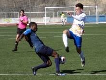 Sergio García pugna por el balón en el anterior partido en casa ante el Martos: FOTO. M.J.