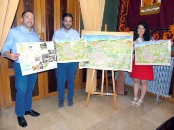 García, junto al alcalde y la concejal en la presentación del plano artístico de la ciudad. A. MATAS