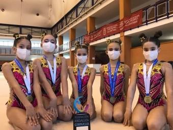 El conjunto alevín A con las medallas y el trofeo como campeonas de Andalucia.