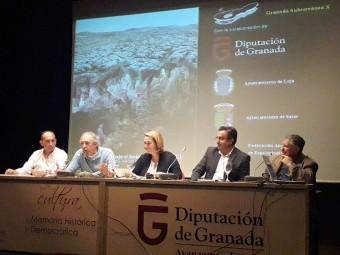 Autoridades políticas y espeleólogos, durante la presentación del libro. FOTO: EL CORTO