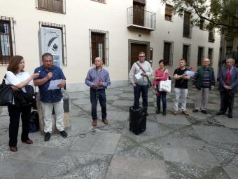 Juan María Jiménez da lectura al escrito dedicado a Jorge Martínez 'Chapa'. FOTO. P. CASTILLO