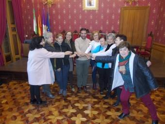 Representantes de los colectivos de mujeres con el alcalde tras la firma de los convenios. FOTO: CAL